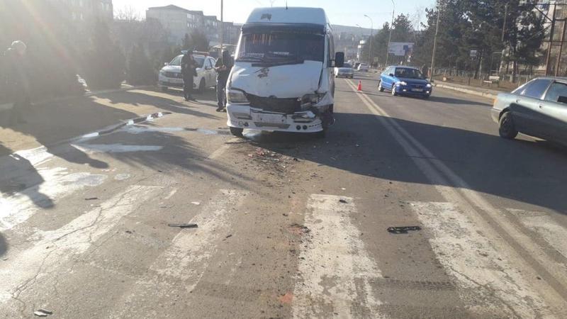 Mai mulți pasageri, transportați la spital după ce două microbuze de rută s-au tamponat la Hâncești